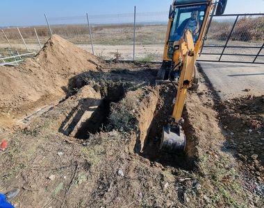 VIDEO | Criza locurilor de veci în Slobozia. Primăria a adus un excavator în cimitir