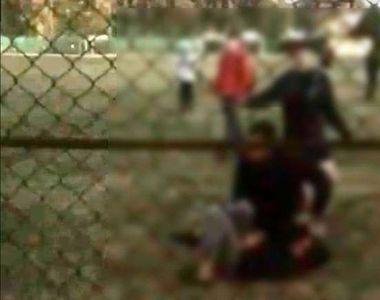 VIDEO | Bătaie cruntă pe terenul de fotbal. Un bărbat de 54 de ani, filmat în timp ce...