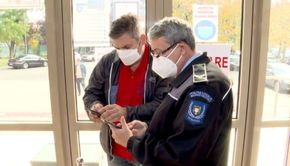 VIDEO | Certificatul european folosit pe tot continentul este aplicat la noi în stil românesc. Pe umerii paznicilor a picat o sarcină grea: să verifice codul QR