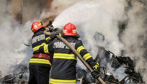 Incendiu la o casă din Caraș-Severin după ce un bărbat a încercat să își aprindă țigara. Flăcările au ajuns până în stradă