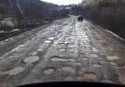 Soferii din Suceava sunt disperati. Drumul judetean care leaga Brodina de Ulma arata ca dupa bombardamente, asta desi autoritatile sustin ca au modernizat soseaua