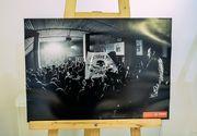 """Un fotograf ranit in incendiul de la Colectiv a expus 15 fotografii realizate in noaptea tragediei. Miluta Fluieras: """"Oamenii erau fericiti si nu se asteptau la nimic rau"""""""