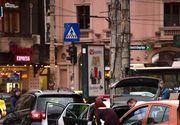 O fotografie cu doi politisti romani, care ajuta o femeie sa-si schimbe roata la masina, face ravagii pe internet