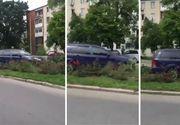 O soferita din Pitesti si-a parcat masina... in spatiul cu flori din mijlocul soselei!