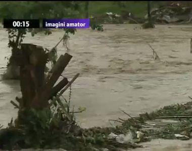 Cod rosu de inundatii: Doua persoane au fost luate de viituri si si-au pierdut viata