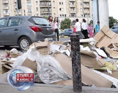 Cu gramada de gunoi in centrul Capitalei, chiar inainte de alegeri. Bucurestenii trec...