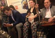 Nicusor Dan, fotografiat la metrou. Reprezentantul USB a fost surprins butonand telefonul in mijlocul de transport in comun