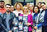 Impreuna cu sustinatorii ei, Gabi Firea s-a pozat in fata Prefecturii cu un colaj de fotografii din campanie