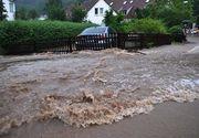 Inundatii in Valcea: 16 localitati sunt afectate. In unele zone apa din beciuri a ajuns de peste un metru