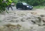 Ploile au facut ravagii in mai multe judete din tara! Drumurile au fost blocate spre statiunile montane din centrul tarii!