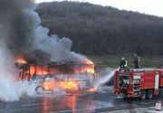 Un autocar cu 39 de pasageri a luat foc în mers, în judeţul Caraş-Severin. Autobuzul a ars in intregime