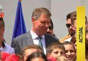 Klaus Iohannis a luat ochii satencelor din Motoseni. Presedintele Romaniei a venit sa felicite elevii si profesorii de aici, insa curtea scolii s-a umplut de doamne
