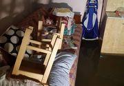 Situatie critica in Arad din cauza inundatiilor. Batrani sarmani s-au trezit cu casele inundate. Dorm pe paturi plutitoare