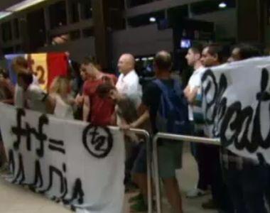 Fanii nationalei, mesaje dure afisate in aeroport la sosirea tricolorilor in tara:...