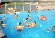 Un afacerist din Iasi a construit o piscina plutitoare, unica in Europa! Cum arata si cat costa biletul de intrare