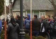 Zeci de localnici inarmati cu bate din judetul Vaslui au blocat accesul in primarie. Acestia sunt nemultumiti de noul viceprimar numit in functie
