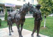 In centrul municipiului Deva a reaparut statuia cowboy-ului cu calul sau! Lucrarea fusese mutata in ultimii ani, pe motiv ca nu era reprezentativa pentru oras