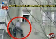 Un barbat a fost filmat cand incerca sa escaladeze un bloc. Trecatorii l-au privit cu sufletul la gura si muti de uimire! Imagini cu un puternic impact emotional!