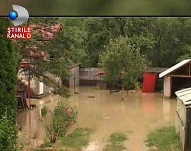 O ploaie de jumatate de ora a facut ravagii intr-o localitate din Dambovita. Zeci de...