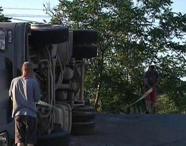 Un camion plin cu grau s-a rasturnat pe o sosea din Galati. Soferul a fost grav ranit
