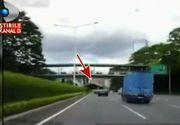 Un sofer a avut parte de o experienta greu de imaginat. Se deplasa normal pe autostrada cand s-a trezit cu o masina peste el. Imagini socante