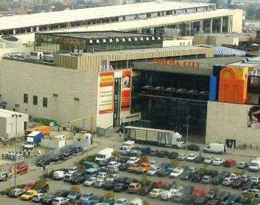 O maşină a luat foc în parcarea subterană a unui mall din Timişoara. Pompierii au...