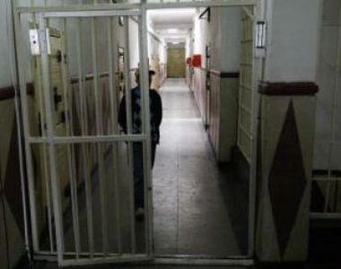 Un deţinut din Iaşi a încercat să se sinucidă după ce a înghiţit medicamente şi s-a...