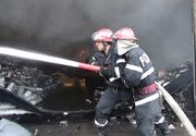 Incendiu puternic in Craiova. Acoperisurile a trei case au fost cuprinse de flacari. Pompierii au intervenit cu sapte autospeciale