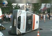 Un tanar teribilist a intrat cu masina intr-o salvare care ducea la spital un batran de 78 de ani. Cinci persoane au fost ranite