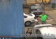 """Smecheras, filmat in timp ce loveste doi angajati de la o spalatorie auto pentru ca i-au zgariat """"Mertanul"""""""