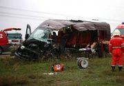 Grav accident rutier langa Baile Herculane! Trei tineri au murit si doi au fost raniti dupa ce un autoturism a lovit un microbuz