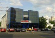 Protest la inaltime! Un barbat s-a urcat pe cinematograful din centrul Barladului si a amenintat ca se arunca in gol. Barladeanul sustine ca este victima abuzurilor Politiei