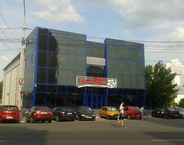 Protest la inaltime! Un barbat s-a urcat pe cinematograful din centrul Barladului si a...