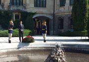 Funeraliile Reginei Ana. Klaus Iohannis a ajuns la Castelul Peles in aceasta dimineata pentru a-i aduce un ultim omagiu