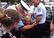 Circ in mijlocul Bucurestiului. 10 politisti se chinuie sa incatuseze o femeie de 50 de ani care a traversat ilegal
