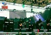 Tinerii prezenti la festivalul de rock de la Rasnov n-au fost deranjati de ploaie! Iata ce solutii au gasit pentru ca distractia sa nu le fie stricata de vremea rea