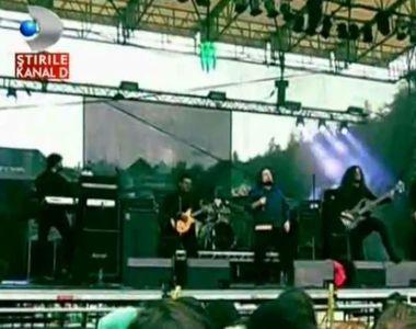 Tinerii prezenti la festivalul de rock de la Rasnov n-au fost deranjati de ploaie! Iata...