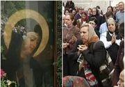 """Mii de oameni au luat drumul manastirilor. La Rohia, acolo unde este si icoana facatoare de minuni a Maicii Domnului, au sosit deja primii pelerini: """"Venim si ne rugam pentru tot felul de probleme"""""""