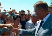 """Klaus Iohannis, prezent pe litoral de Ziua Marinei. Turistii au ramas placut surprinsi de vizita presedintelui: """"E prima oara cand l-am atins"""""""
