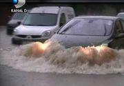 E prapad in Timisoara dupa furtuna de aseara. Suvoiale au inundat zeci de case si au blocat masinile intre puhoaiele de pe strazi.