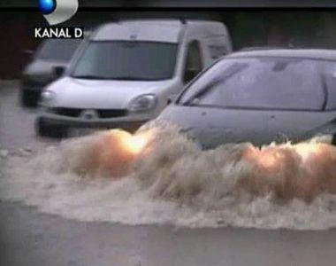 E prapad in Timisoara dupa furtuna de aseara. Suvoiale au inundat zeci de case si au...