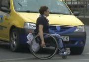 Comportament inuman. Un taximetrist a scuipat o femeie in scaun cu rotile dupa ce a refuzat sa o ia in masina