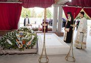 Detaliul de la cripta reginei Ana! Toti cei care au vazut mormantul s-au intrebat ce se afla sub coroanele de flori