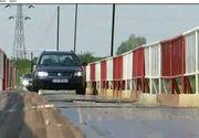 Cateva poduri din judetul Prahova par facute doar de decor. Abia daca reusesc masinile sa le traverseze. Localnicii se plang ca salvatorii n-au cum sa ajunga la ei daca se intampla vreo tragedie