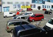Tupeul hotilor intrece orice masura! La Arad, doi hoti au golit masina unei femei, chiar cu ea de fata. Imagini incredibile