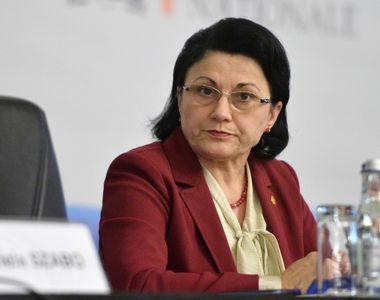 """""""Ecaterina Andronescu incearca sa mentina politizarea conducerii scolilor""""...."""