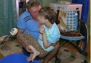 Un barbat bolnav isi creste singur fetita aflata intr-un scaun cu rotile, dupa ce sotia i-a abandonat. Un lucru banal le-ar putea schimba viata
