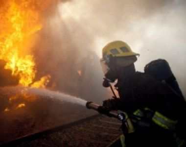 Incendiu urmat de mai multe explozii la un atelier din Arad. Doua masini si mai multe...