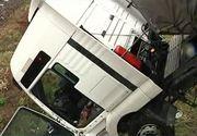 Accident spectaculos in Galati. Un tir a ramas suspendat la 10 metri inaltime. Impresionant este ca soferul s-a ales doar cu o singura zgarietura