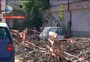 """""""Merge si asa"""". Scene uluitoare filmate in Piatra Neamt. O masina zace in mijlocul unui santier. Explicatia muncitorilor e fabuloasa"""